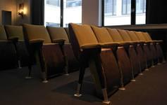 Rue Ravenstein 48-70 et Cantersteen 39-55, Bruxelles, extension du Shell Building en intérieur d'ilôt, petite salle de conférence, rangée de fauteuils (© T. Verhofstadt, photo 2019)