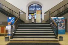 Boulevard Gustave Roulier 1, Charleroi, Université du Travail - Bâtiment Gramme, escalier (© ARCHistory, photo 2018)