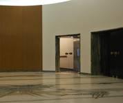 Rue Ravenstein 48-70 et Cantersteen 39-55, Bruxelles, extension du Shell Building en intérieur d'ilôt, hall vers salles de conférence (© T. Verhofstadt, photo 2019)
