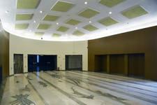 Rue Ravenstein 48-70 et Cantersteen 39-55, Bruxelles, extension du Shell Building en intérieur d'ilôt, hall vers salles de conférence (© ARCHistory, photo 2019)