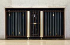 Galerie Ravenstein, Bruxelles, entrée vers les bureaux, cache radiateur (© ARCHistory, photo 2019)