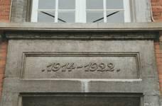 Place communale 17, Lobbes, ancienne maison communale, garde-corps avec les dates de reconstruction (© T. Verhofstadt, photo 2001)
