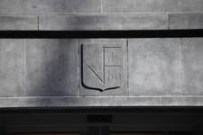 Rue Ravenstein 4, Bruxelles, siège de l'ancienne Fédération des Industries Belges - FIB, aujourd'hui FEB, sigle (© ARCHistory, photo 2019)