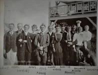 De twaalf kinderen van Albert en Marie-Céléstine Dumont. Onbekende fotograaf, De Panne, ca 1902, van links naar rechts: Alexis (1877-1962), Henri (1878-1961), Jacques (1879-1939), Anaïs (1880-1961), Pierre (1881-1957), André (1882-1961), Jean – niet op de foto (1884-1885) ; Marie alias 'Mieke' (1885-1973), Albert alias 'Babiche' (1885-1917), François (1886-1962), Etienne (1887-1958), Benjamin (1889-1916) en Auguste (1890-1912), privéverzameling (© ARCHYVES).