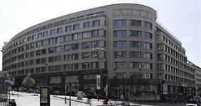 Le Shell Building et ses 180 mètres de façade le long de la rue Ravenstein et du Cantersteen (© T. Verhofstadt, photo 2019).